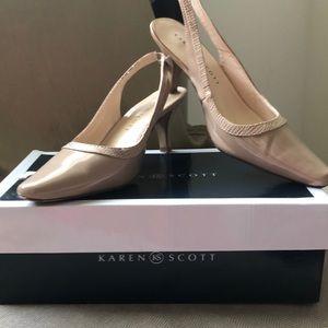 Woman's Karen Scott heel